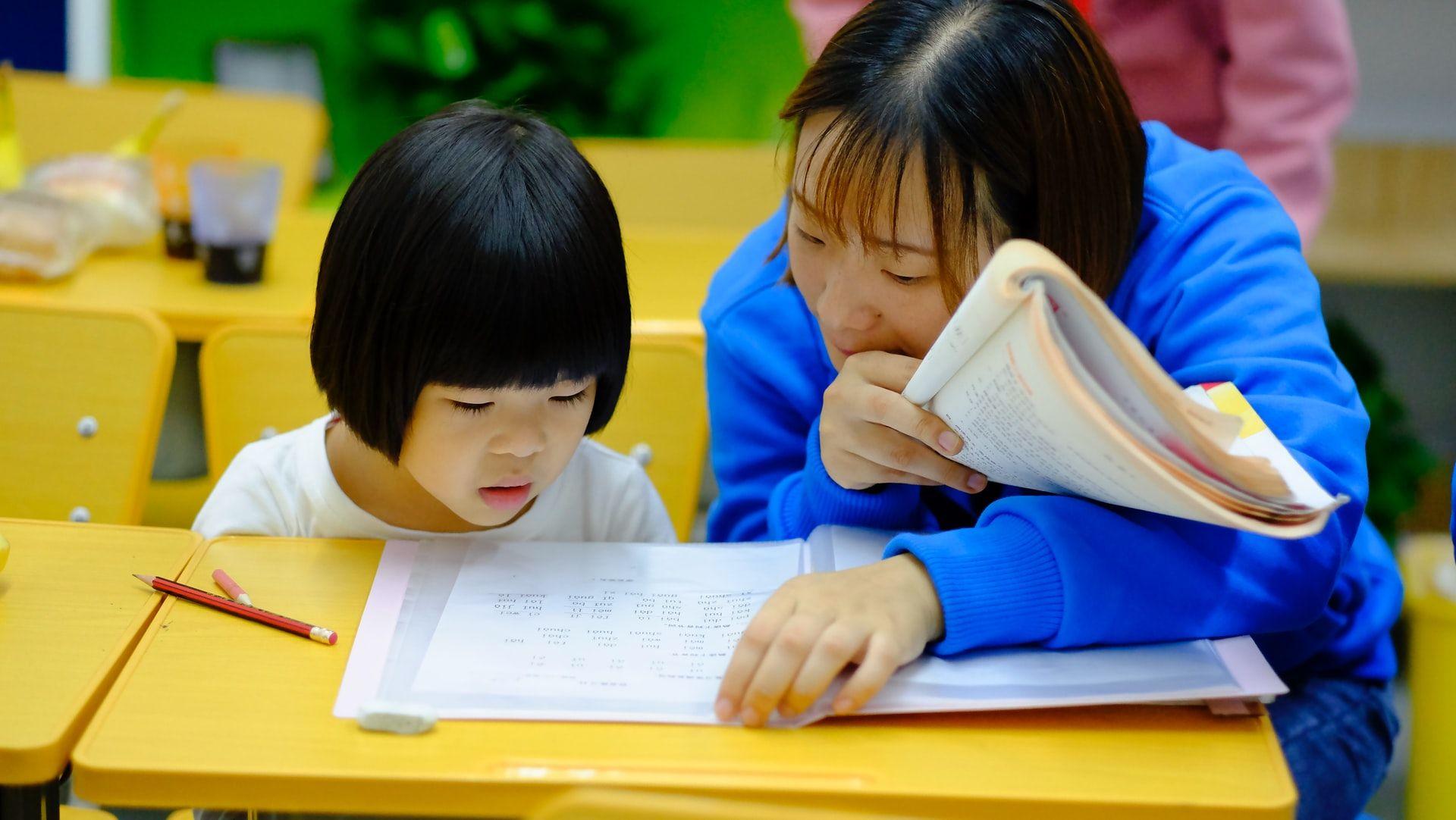 Teacher explicit grammar instruction to child